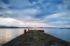 Φωτογραφία παραλιών Φωτογραφίες αποβαθρών πέρα από το ηλιοβασίλεμα θάλασσας Seascape, δραματικά σύννεφα στοκ εικόνα με δικαίωμα ελεύθερης χρήσης