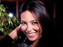 Φωτογραφία-περίοδος επικοινωνίας του νέου όμορφου brunette Στοκ Εικόνες