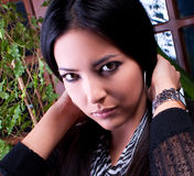 Φωτογραφία-περίοδος επικοινωνίας του νέου όμορφου brunette Στοκ φωτογραφίες με δικαίωμα ελεύθερης χρήσης