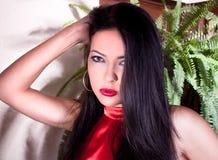 Φωτογραφία-περίοδος επικοινωνίας του νέου όμορφου brunette Στοκ φωτογραφία με δικαίωμα ελεύθερης χρήσης