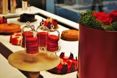 Φωτογραφία που παρουσιάζει κόκκινα χρωματισμένα γλυκά σε ένα ενετικό κατάστημα ζύμης στοκ φωτογραφίες με δικαίωμα ελεύθερης χρήσης