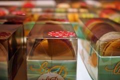 Φωτογραφία που παρουσιάζει κόκκινα χρωματισμένα γλυκά σε ένα ενετικό κατάστημα ζύμης στοκ φωτογραφία