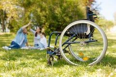 Φωτογραφία στην αναπηρική καρέκλα που που στέκεται κενή στο πρώτο πλάνο Στοκ φωτογραφίες με δικαίωμα ελεύθερης χρήσης