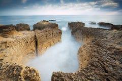 Φωτογραφία στην παραλία Praia do Evaristo κοντά σε Albufeira με τους όμορφους απότομους βράχους στο Αλγκάρβε στοκ φωτογραφίες