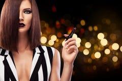 Φωτογραφία στούντιο μόδας της όμορφης νέας κυρίας με το μαύρο κραγιόν Τέλειο πρόσωπο ομορφιάς makeup Στοκ φωτογραφίες με δικαίωμα ελεύθερης χρήσης
