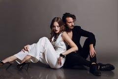 Φωτογραφία στούντιο μόδας του όμορφου προκλητικού ζεύγους Στοκ Φωτογραφίες