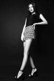 Φωτογραφία στούντιο της νέας γυναίκας στο μαύρο υπόβαθρο μαύρο λευκό στοκ εικόνες με δικαίωμα ελεύθερης χρήσης