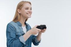 Φωτογραφία σχεδιαγράμματος ξεμυαλισμένου στο κορίτσι παιχνιδιών που που κοιτάζει προς τα εμπρός στοκ εικόνα με δικαίωμα ελεύθερης χρήσης