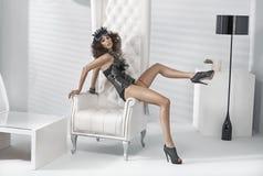 Φωτογραφία τέχνης της ελκυστικής γυναίκας στη θέση πολυτέλειας στοκ φωτογραφίες με δικαίωμα ελεύθερης χρήσης