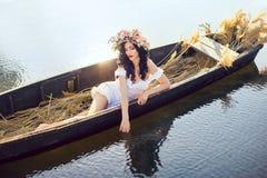 Φωτογραφία τέχνης φαντασίας μιας όμορφης κυρίας που βρίσκεται στη βάρκα Στοκ Εικόνα