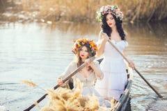 Φωτογραφία τέχνης φαντασίας όμορφα κορίτσια στη βάρκα Στοκ Φωτογραφία