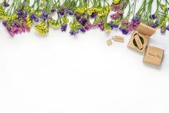 Φωτογραφία τεχνών που συσκευάζει τον όμορφο άσπρο γάμο photobook, κίνηση λάμψης Usb στο χειροποίητο ξύλινο κιβώτιο, δίσκος Cd πλα Στοκ φωτογραφίες με δικαίωμα ελεύθερης χρήσης