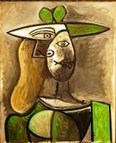 Φωτογραφία της αρχικής χρωματίζοντας γυναίκας ` σε ένα πράσινο καπέλο ` από το Pablo Πικάσο, frameless στοκ εικόνες