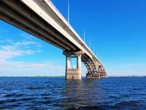 Φωτογραφία της γέφυρας μεταξύ των πόλεων του Σαράτοβ και του Engels πέρα από τον ποταμό του Βόλγα στοκ φωτογραφία με δικαίωμα ελεύθερης χρήσης