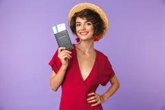 Φωτογραφία της γοητευτικής νέας δεκαετίας του '20 γυναικών που φορά το μεγάλο χαμόγελο καπέλων αχύρου στοκ φωτογραφία με δικαίωμα ελεύθερης χρήσης