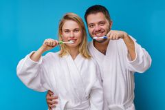 Φωτογραφία της γυναίκας και του άνδρα και οδοντόβουρτσες στα χέρια στοκ φωτογραφίες με δικαίωμα ελεύθερης χρήσης