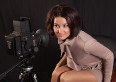 Γυναικεία τοποθέτηση για τη κάμερα στοκ εικόνες με δικαίωμα ελεύθερης χρήσης