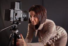 Γυναικεία τοποθέτηση για τη κάμερα στοκ φωτογραφία με δικαίωμα ελεύθερης χρήσης