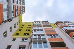 Φωτογραφία της γωνίας οικοδόμησης με τον ουρανό Στοκ φωτογραφία με δικαίωμα ελεύθερης χρήσης