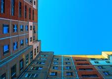 Φωτογραφία της γωνίας οικοδόμησης με το μπλε ουρανό Στοκ Εικόνες