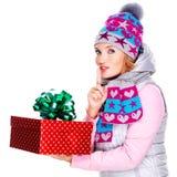 Φωτογραφία της ευτυχούς έκπληκτης γυναίκας με ένα δώρο Χριστουγέννων Στοκ Φωτογραφίες