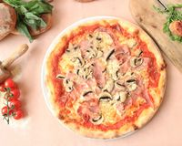 Φωτογραφία της ιταλικής πίτσας σπιτική στοκ φωτογραφίες