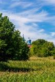 Φωτογραφία της μπλε εκκλησίας μεταξύ των πράσινων δέντρων Στοκ εικόνες με δικαίωμα ελεύθερης χρήσης