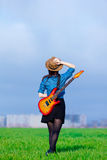 Φωτογραφία της νέας γυναίκας με την κιθάρα Στοκ φωτογραφία με δικαίωμα ελεύθερης χρήσης