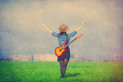 Φωτογραφία της νέας γυναίκας με την κιθάρα Στοκ Εικόνες