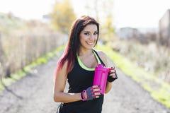 Φωτογραφία της νέας κατανάλωσης γυναικών μετά από να τρέξει τη σύνοδο Ικανότητα FEM στοκ φωτογραφίες με δικαίωμα ελεύθερης χρήσης
