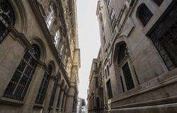 Φωτογραφία της παλαιάς ιστορικής αρχιτεκτονικής μεταξύ της οδού στοκ εικόνες