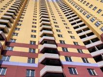 Φωτογραφία της πρόσοψης ενός υψηλού κατοικημένου κτηρίου στοκ εικόνα με δικαίωμα ελεύθερης χρήσης