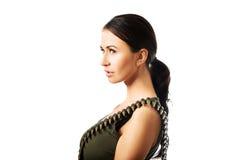 Φωτογραφία της στρατιωτικής γυναίκας που φορά τη ζώνη σφαιρών Στοκ Εικόνα