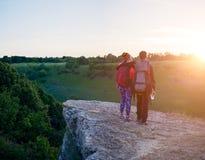 Φωτογραφία της φωτογραφίας από το πίσω μέρος του αγκαλιάσματος του άνδρα και της γυναίκας των τουριστών στο λόφο στοκ φωτογραφία