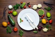 Φωτογραφία του άσπρου πιάτου και των φρέσκων λαχανικών κορυφή Στοκ φωτογραφία με δικαίωμα ελεύθερης χρήσης