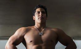 Φωτογραφία του αθλητή στο contrapicado για να δώσει έμφαση στον όγκο του σώματός του στοκ φωτογραφία