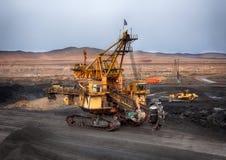 Φωτογραφία του ανθρακωρυχείου Ένας τεράστιος στοιχειώδης εκσκαφέας χρησιμοποιείται για τον άνθρακα φόρτωσης στα σιδηροδρομικά βαγ Στοκ Φωτογραφίες