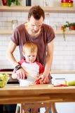Φωτογραφία του ατόμου με τα μαγειρεύοντας λαχανικά γιων Στοκ Φωτογραφίες