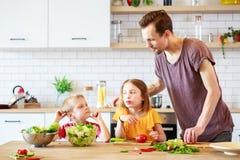 Φωτογραφία του ατόμου με τα μαγειρεύοντας λαχανικά κορών Στοκ Εικόνες