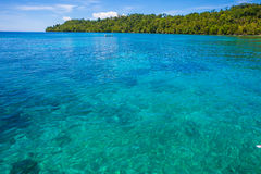 Φωτογραφία του ατόμου που ο φυσικός ξύλινος μακρύς καραϊβικός ωκεανός βαρκών ουρών Καθαρίστε το νερό και το μπλε ουρανό με τα σύν Στοκ φωτογραφία με δικαίωμα ελεύθερης χρήσης