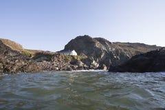 Φωτογραφία του δημοφιλούς Cornish τουριστικού αξιοθεάτου, όρμος Kynance στη χερσόνησο σαυρών στοκ εικόνες