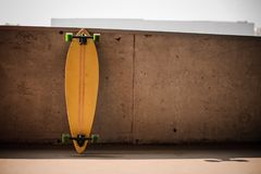 Φωτογραφία του επίπεδου κίτρινου longboard με τις πράσινες ρόδες Στοκ Φωτογραφία