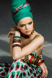 Φωτογραφία του κοριτσιού με τα μεγάλα εξαρτήματα στο αφρικανικό ύφος Στοκ Εικόνες