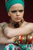 Φωτογραφία του κοριτσιού με τα μεγάλα εξαρτήματα στο αφρικανικό ύφος Στοκ εικόνα με δικαίωμα ελεύθερης χρήσης