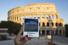 Φωτογραφία του μαγνήτη με ολόκληρο Colosseum με το πραγματικό colosseum επάνω Στοκ Φωτογραφία