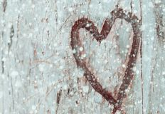 Φωτογραφία του παλαιού κορμού δέντρων με την καρδιά που χαράζεται σε το Valentine& x27 έννοια ημέρας του s ρομαντική ανασκόπηση Στοκ εικόνες με δικαίωμα ελεύθερης χρήσης