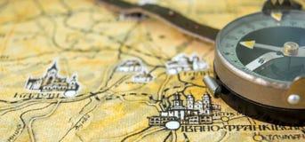 Φωτογραφία του παλαιού εκλεκτής ποιότητας χάρτη στην ηλικίας σελίδα με την πυξίδα Στοκ εικόνα με δικαίωμα ελεύθερης χρήσης