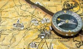 Φωτογραφία του παλαιού εκλεκτής ποιότητας χάρτη στην ηλικίας σελίδα με την πυξίδα Στοκ Εικόνες