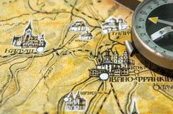 Φωτογραφία του παλαιού εκλεκτής ποιότητας χάρτη στην ηλικίας σελίδα με την πυξίδα Στοκ Φωτογραφία