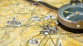 Φωτογραφία του παλαιού εκλεκτής ποιότητας χάρτη στην ηλικίας σελίδα με την πυξίδα Στοκ φωτογραφία με δικαίωμα ελεύθερης χρήσης